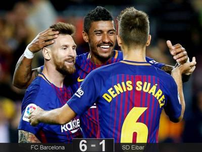 梅西、保利尼奥和丹尼斯苏亚雷斯互相庆祝。