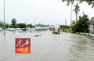 阿尔玛高架桥往武吉敏惹方向,左侧路口淹水,只有大罗里能安然通过。