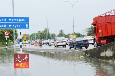 阿尔玛前往武吉敏惹方向交通大阻塞。