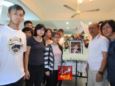 一家人以铭伟之活棺前拍下最终一张以,前排左3也罗铭伟之女友苏巧迎。
