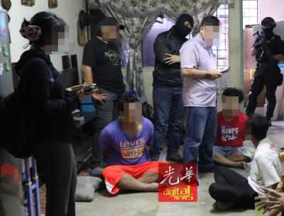 相反恐组警官在加班后,检查嫌犯所持的证明。
