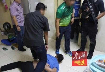整整武装的倒恐组突击嫌犯住所,连以她们抓归案。