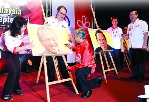 马哈迪于晚宴上在其肖像画上签下大名,让该肖像画更具收藏价值。