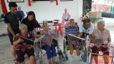 部分以新人陈玉萍以及张志文以及老人们玩他们打的婚纱照,别为陈瑞万。