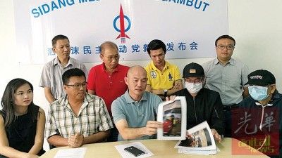 吴力辉(前排左2)及邱氏(前右2)在林立迎(中)陪同下举行记者会。