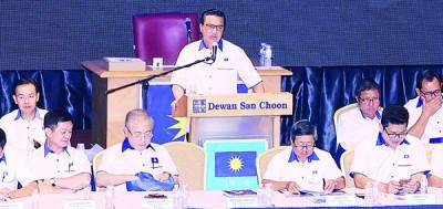 廖中莱(站者)为2017年马华雪州常年大会发表演词,激励在座党员。前排左起为李志亮、魏家祥、林祥才和黄祚信。