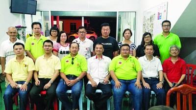 伍薪荣(左4)与陈泓宾(左2)出席该党柔北区大选备战会议后与出席者合影。