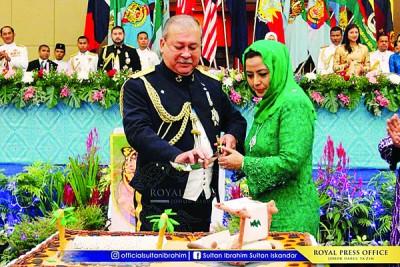 柔苏丹依布拉欣陛下伉俪共同切大会精心准备的结婚35周年纪念蛋糕。(图取自柔苏丹官方脸书专页)
