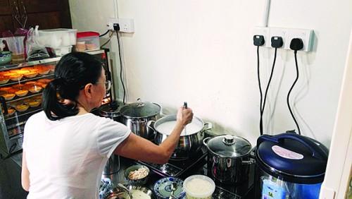 为了减少火患发生几率,该店使用电磁炉烹调,仍不失美味。