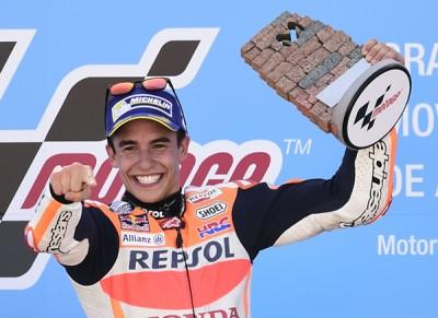 马奎兹夺得个人赛季第5个分站冠军,他意气风发在领奖台庆祝。