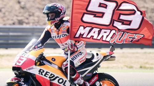 本田Repsol车手马奎兹挥旗庆祝统治性胜利。