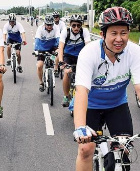 """""""铁马福传""""始于朱国峰把喜乐带给他人的理念,骑着脚踏车为弱势群体送欢乐。"""