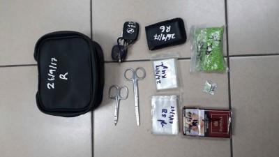 威中警方逮捕2名拥毒男子,并在他们的轿车上起获市价1372令吉的海洛因。