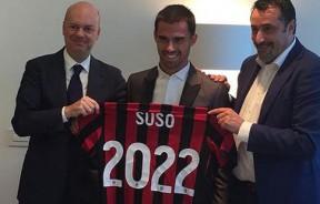在签字仪式结束后,苏索(中)开心的展示印有2022的特别球衣,代表他继续AC米兰至2022年。