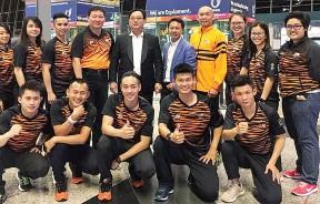 (后排左三起)林佑辉、陈敬凡、方万春、何诺宾及邱明扬与此次出征世锦赛的9名武术国手名将在机场合影。