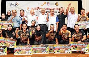 哈山赛益(后排中)与玛拉工艺大学东运会和世大运奖牌得主在奖励金仪式后开心合影。