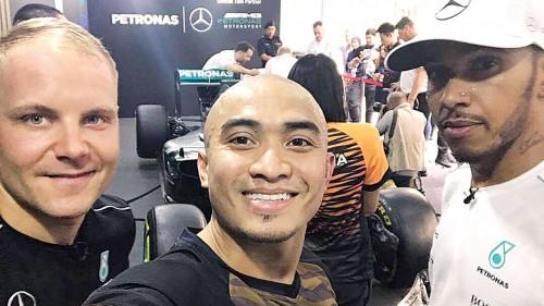阿兹祖(中)在社交媒体上载与F1奔驰车队的汉密尔顿和博塔斯(左)的自拍照片。