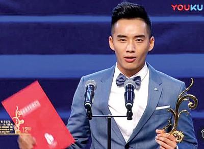 """阿哲继在《上海电影节》称帝后,再凭实力演技获得""""年度新锐影人推介盛典""""的""""年度新锐男演员""""奖。"""