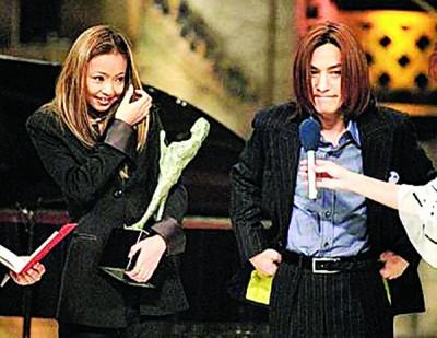 """安室(左)当年获得""""日本唱片大赏"""",与恩师小室哲哉同台。"""
