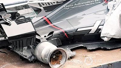 格罗斯让的赛车左侧後圓爆胎碰墙后蒙损。