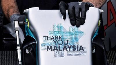 """疾驰车队的汉密尔顿赛车上印有""""谢谢马来西亚""""的贴纸,以此纪想本顺序19届也是欠時間内最后一届的大年夜马站赛事。"""