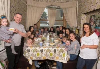 英国有个家庭备受瞩目,原因是他们家的孩子超多。