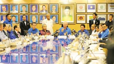 纳吉(中)主持国阵最高理事会后,召开记者会。左2起为廖中莱、阿末扎希及东姑安南。