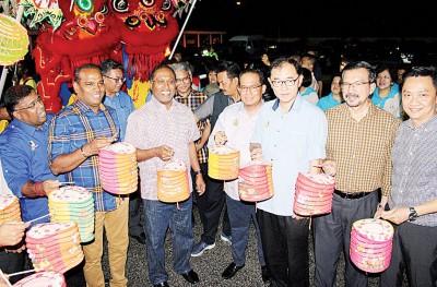 赞比里(左3)率领众政府官员及领袖提灯游行欢庆中秋佳节。左起依兰哥、沙拉瓦南、三苏丁、马汉顺、阿都哈迪及廖文耀。