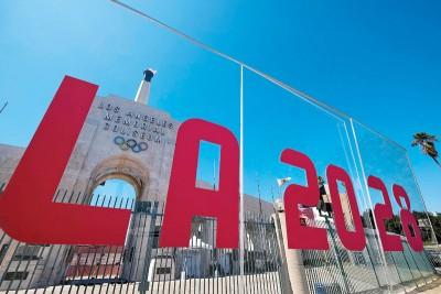 洛城确认主办2028奥运之后,洛杉矶纪念体育场牌楼上的火炬被点燃以示纪念。