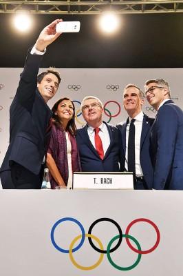 由巴黎申奥委员会主席东尼埃斯坦盖(左起)掌镜,巴黎市长伊达尔戈、巴赫、洛杉矶市长加尔塞特和洛杉矶申奥委员会主席瓦瑟曼在记者会后自拍留念。
