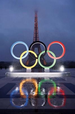 巴黎铁塔前广场竖起奥运五环标志,庆祝正式接办2024奥运。