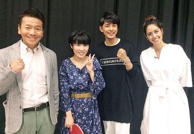 平野美宇(左2)与节目主持人和其他嘉宾合影。