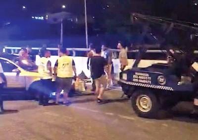 疑避警车闯入反方向车道逆驶引发三车撞车祸。