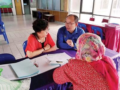 张志坚(左2)引导市民代表会见市政厅产业评估和管理组官员。