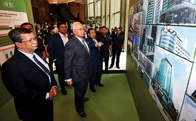 首相纳吉推介PHB推出的房屋计划后,参观该公司展示的多项计划。