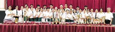 后排左6起江美俐、吴松文及理事们,与2017年度各赛会优胜学生合照。