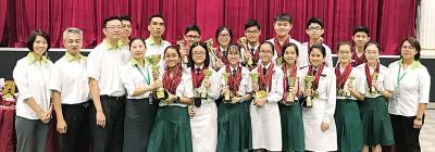 """韩中英语课程班学生在""""世界学者杯国际学术比赛""""中,获得优异的成绩。前排左起吴允平、王仁新、吴松文、江美俐及理事与学生们合照。"""