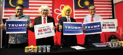 潘俭伟(左3)与沈志勤装扮,模仿纳特的会晤与合照过程。左起是莱益胡先和祖基菲里。(《当今大马》提供图片)