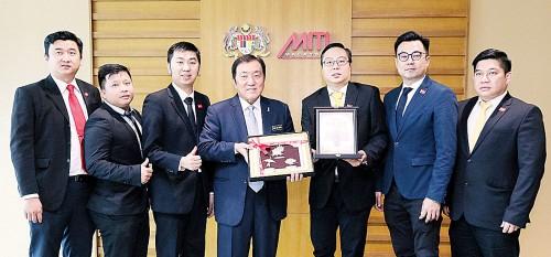 陈浩坤(右3起)所率领的行总青年团在拜访贸工部后,赠送纪念品给黄家泉。左起戴伟发、陈大鍏、陈杰胜、王君慈及刘炡来。