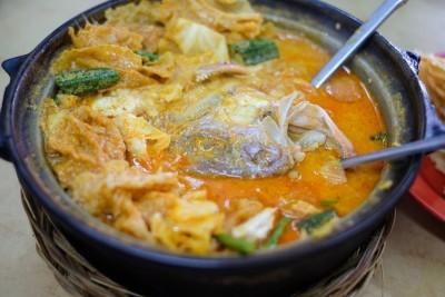 """""""代购""""举世闻名的金龙咖喱鱼头,一头起大马送至新加坡无洛,只需27最先(大约85令吉)。"""