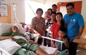 父母年长体弱,谢培根回家只为可以更安心照顾两老,更珍惜一家人还在一起的日子。
