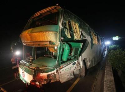 肇事长途巴车头严重损毁。