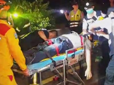 生伤者由担架床送上救护车。