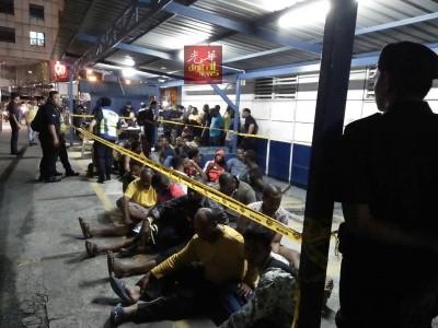 落网的外籍人士被送往白沙罗警局进行尿检测试。