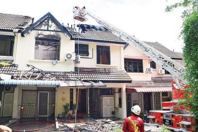 消除拯员出动云梯灌救,因保火势不会复燃。