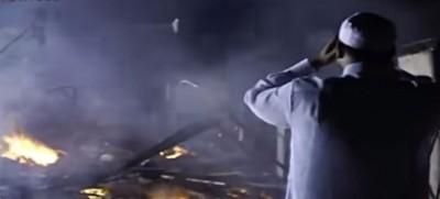 """28年前的""""伯亚舍""""大火事件剧照。(图取自Pondok Pak Ya电视电影剧片段)"""