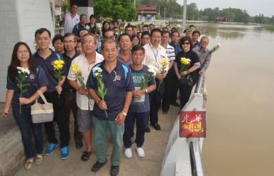 辇河边街举行追悼会向27名罹难者致哀
