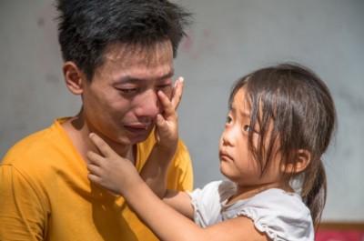 """"""" 爸爸,就由我来给弟弟捐骨髓吧,你别难过了,我虽然小,但是我很坚强,不怕痛 ......"""""""