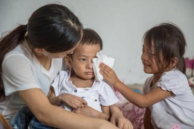 小梦楠赶紧从里屋里拿出纸巾,给弟弟擦眼泪。