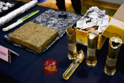 毒贩把可卡因液体装入香水瓶,试图掩人耳目。